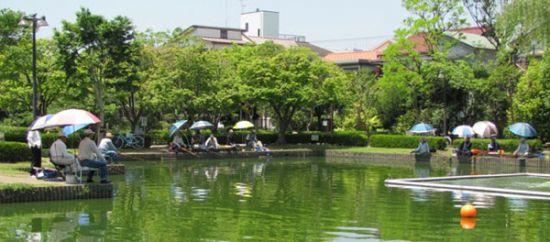 賑わう釣り池