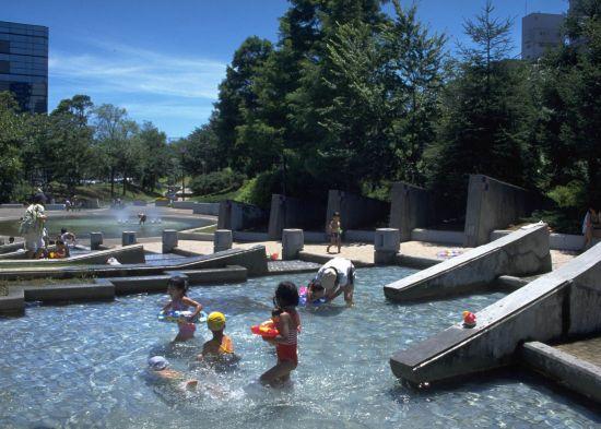 写真 新長島川親水公園の水遊び