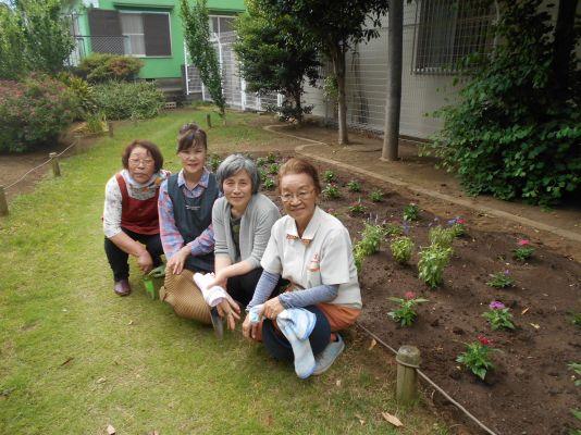 南小岩六丁目第二児童遊園の花植え